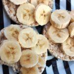 Vegan snack rijstwafel met banaan